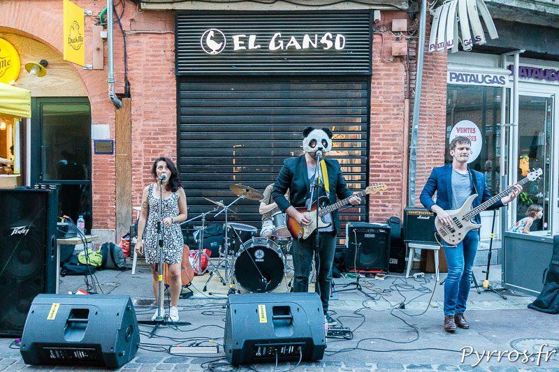 Un Panda et son groupe jouent dans une petite rue du centre ville de Toulouse