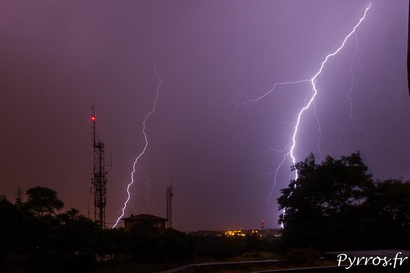 Un orage remonte des Pyrénées l'activité électrique est bien présente, mais la pluie réduit la visibilité sur la foudre
