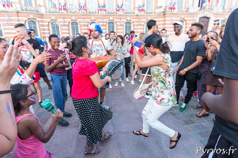 Les supportrices dansent après la victoire des Champions du Monde