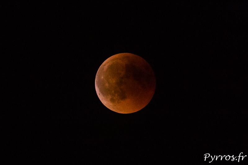 L'éclipse de lune du 27 juillet 2018 était particulièrement sombre