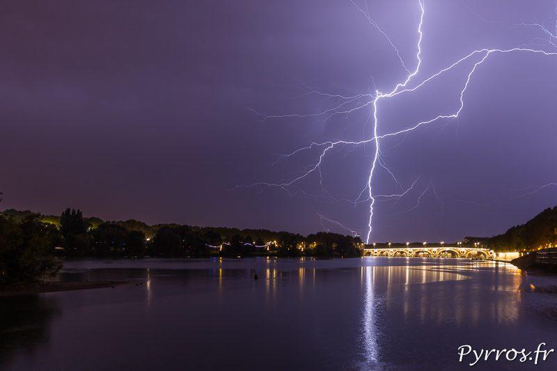 La foudre zèbre le ciel de Toulouse. Elle tombe dans le quartier de la Vache et vers Saint Alban