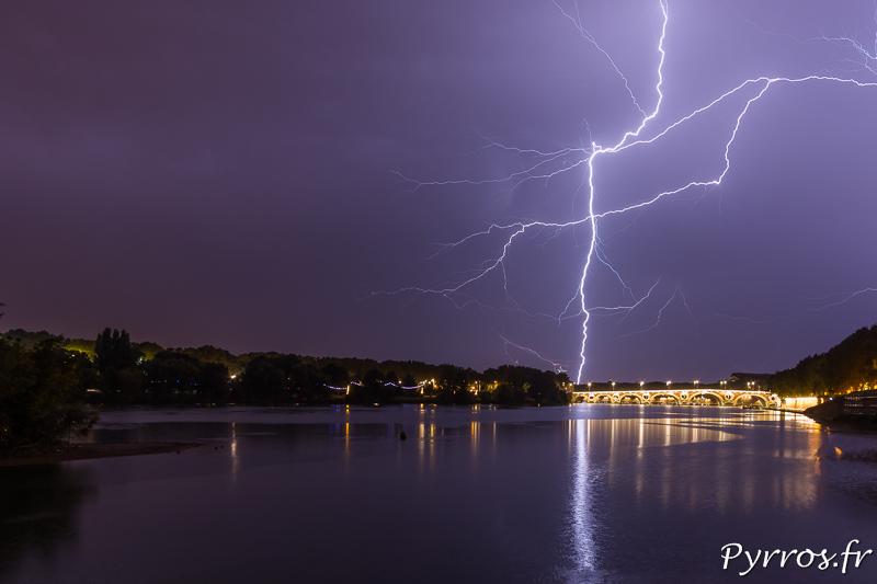 La foudre zèbre le ciel de Toulouse au dessus du Pont Neuf. Elle tombe dans le quartier de la Vache et vers Saint Alban