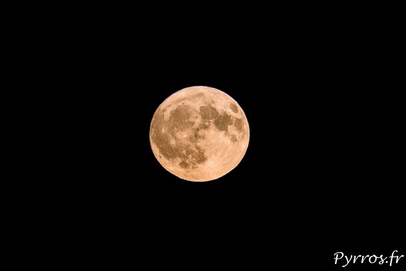 Levé de pleine lune, la couleur orange est provoquée par le cheminement de la lumière dans l''athmosphère