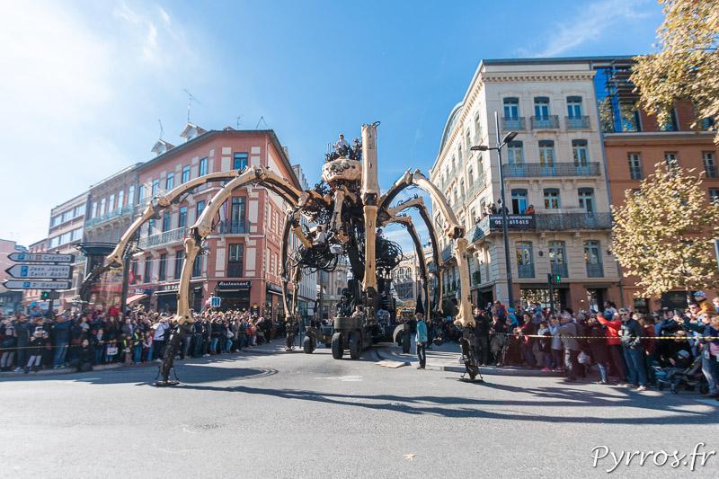 L'araignée géante sort d'une rue étroite de Toulouse