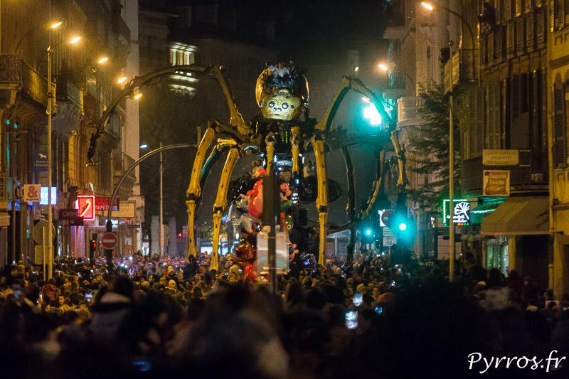 La nuit l'araignée de la Compagnie la Machine est impressionnante
