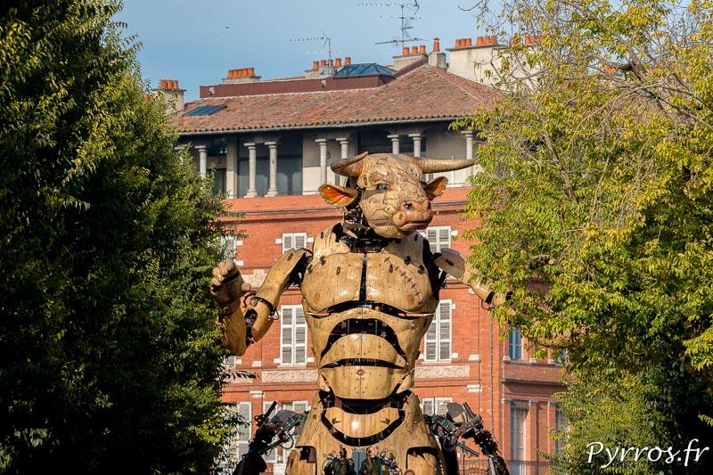 Le minotaure passe entre les arbres à Toulouse