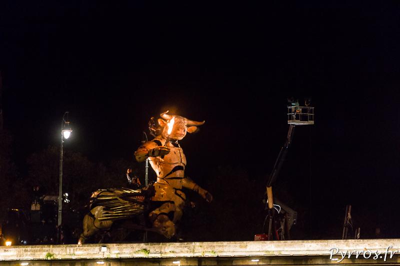 Minotaure avec une torche dans le labyrinthe