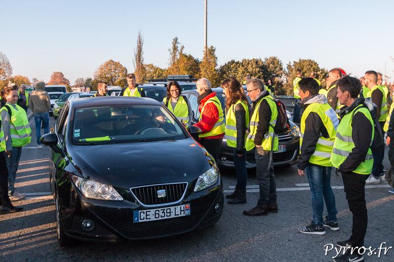 Un automobiliste discute avec les manifestants. il soutient le mouvement des gilets jaunes