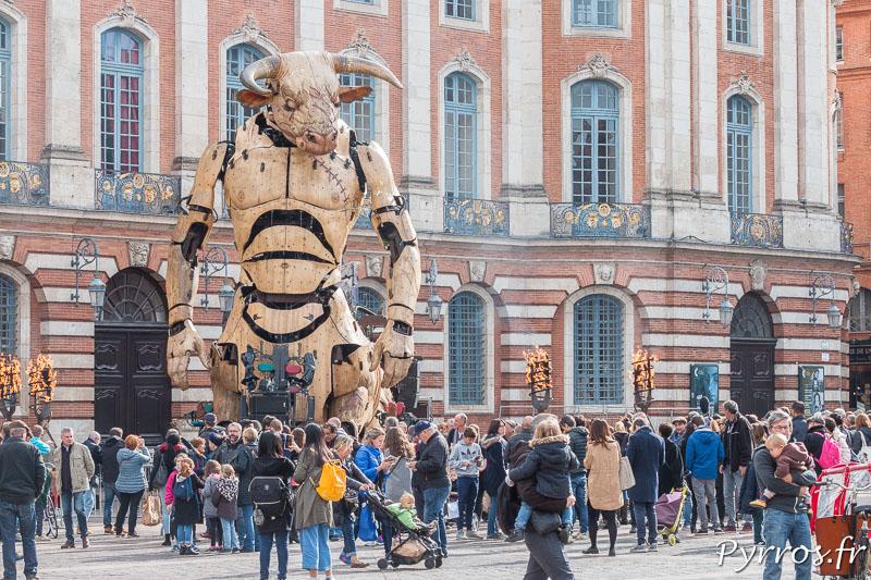 Ils sont nombreux sur la place du Capitole à etre venu à la découverte du géant Asterion installé par la compagnie de la machine