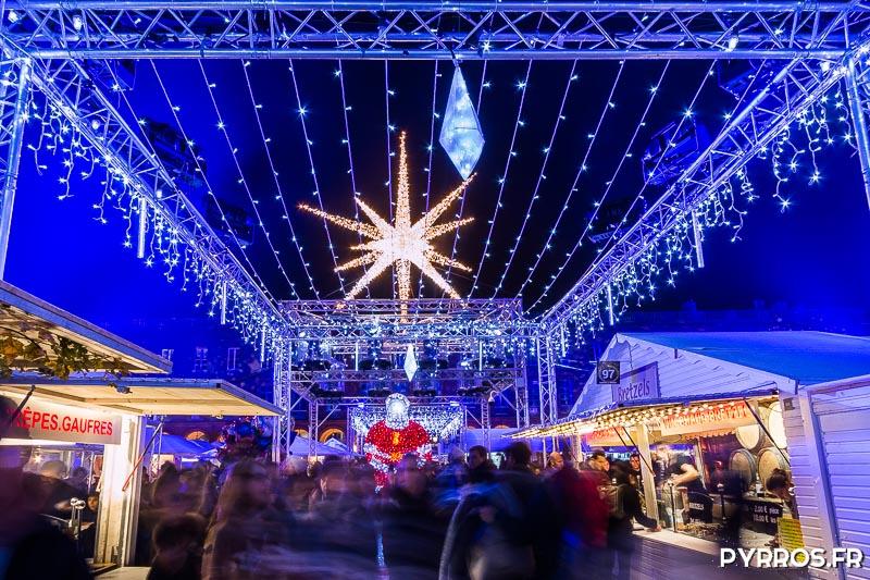 Dans les allées du marché de Noël une étoile brille au dessus du Père Noël