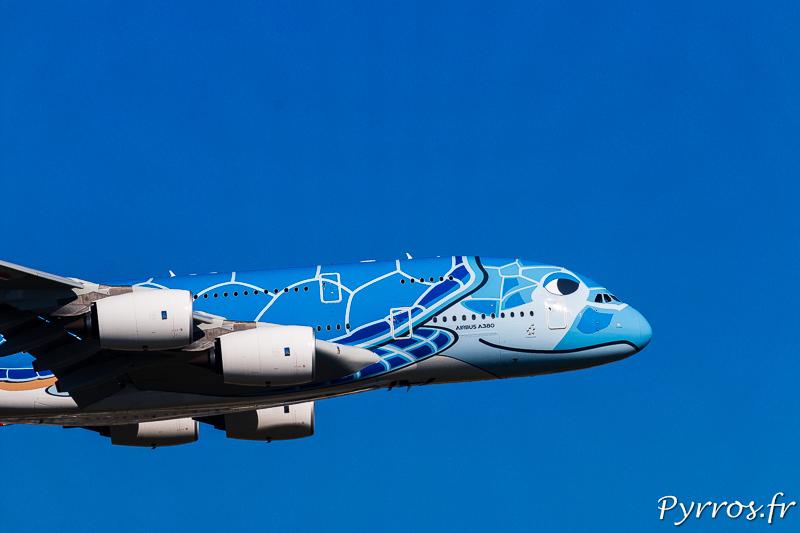 Le premier airbus A380 d'ANA se pose à Toulouse