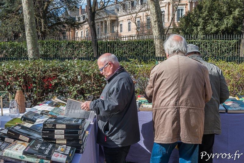 Un homme feuillette un livre sur l'histoire de Toulouse