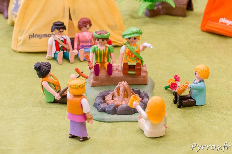Autour du feu les hippies refont le monde lors de l'exposition de Playmobil de Saint Orens