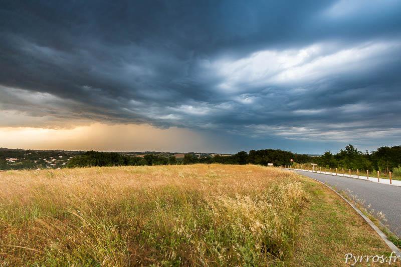 Le paysage peut faire peur, les nuages sombres approchent de Toulouse