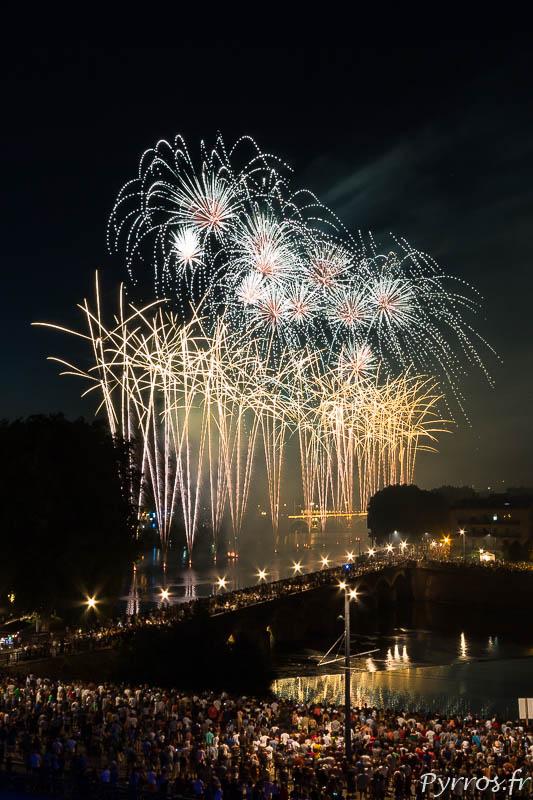 Feu d'artifice tiré sur la Garonne à Toulouse pour le 14 juillet