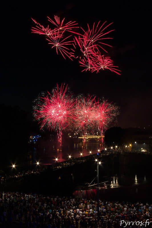 Feu d'artifice tiré sur la Garonne à Toulouse pour la Fête Nationale