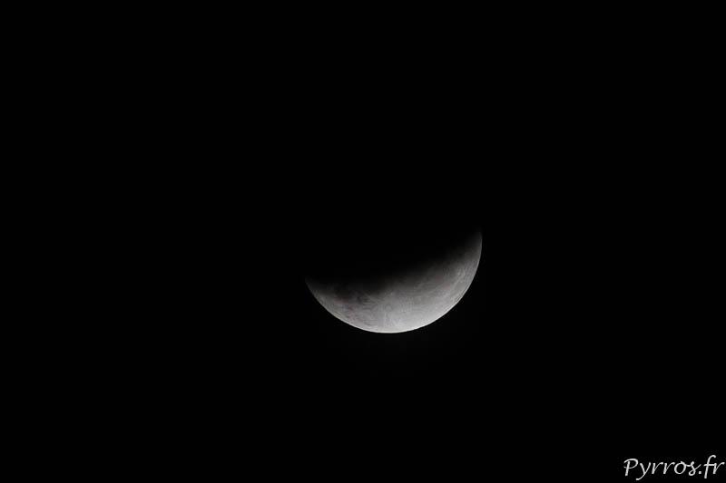 Lentement l'ombre grignote la lune pour ne laisser qu'un croissant lors de l'éclipse du 16 juillet 2019