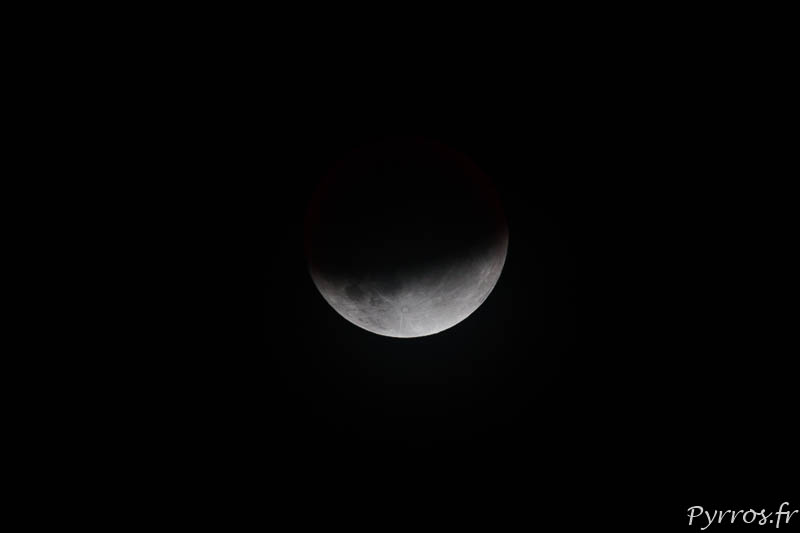 En torturant le fichier de la photo il devient possible de faire apparaitre les reflets cuivrés de l'éclipse de lune