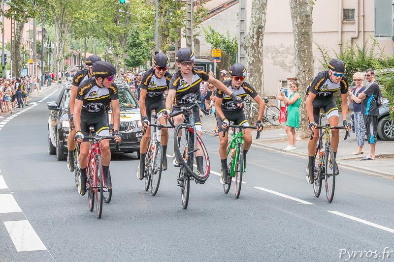 Les cadets juniors du Tour de France parcourent les 25 premiers et 25 derniers kilomètres de l'étape parfois d'une manière peu conventionnelle