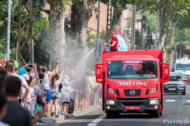 Le camion Vittel arrose les spectateurs et leur offre un peu de fraicheur