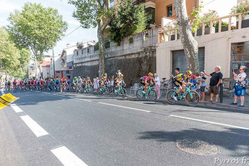 Les coureurs passent à une vitesse folle en haut de la route de Castres