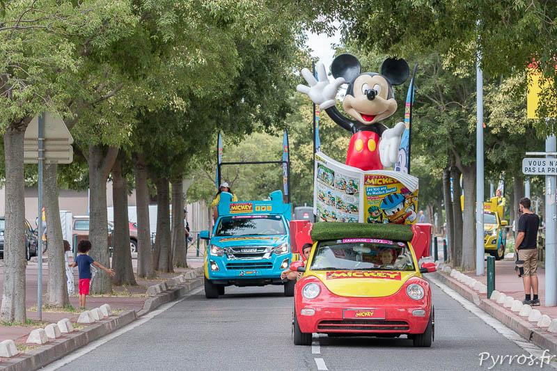 Mickey depuis sa voiture de la Caravane Publicitaire salue les toulousains