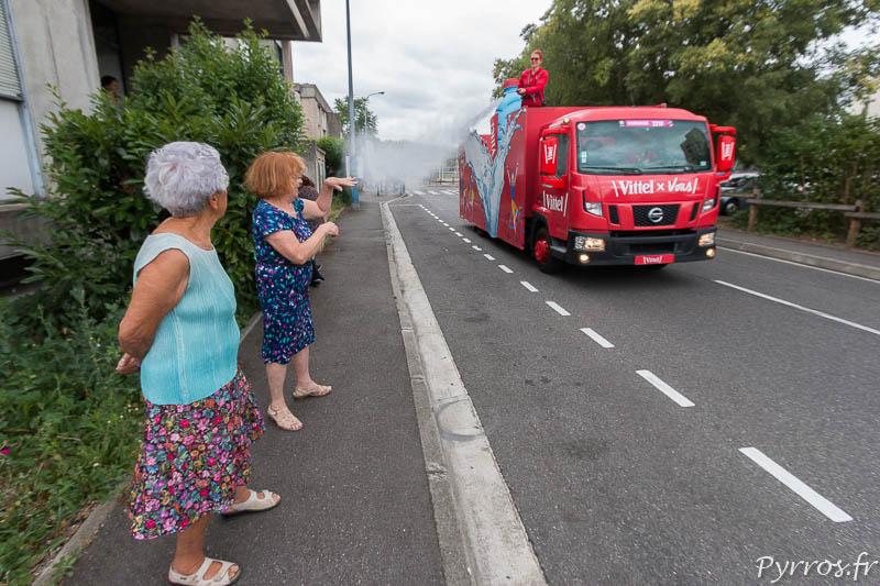 2 spectatrices toulousaines se font arroser par les camions Vittel de la Caravane Publicitaire