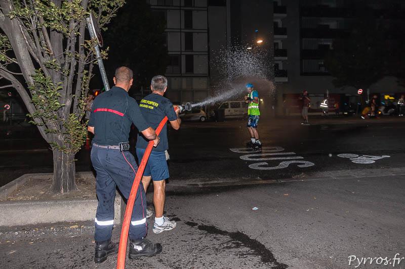 Les pompiers arrosent un staffeurs de la randonnée roller de Toulouse