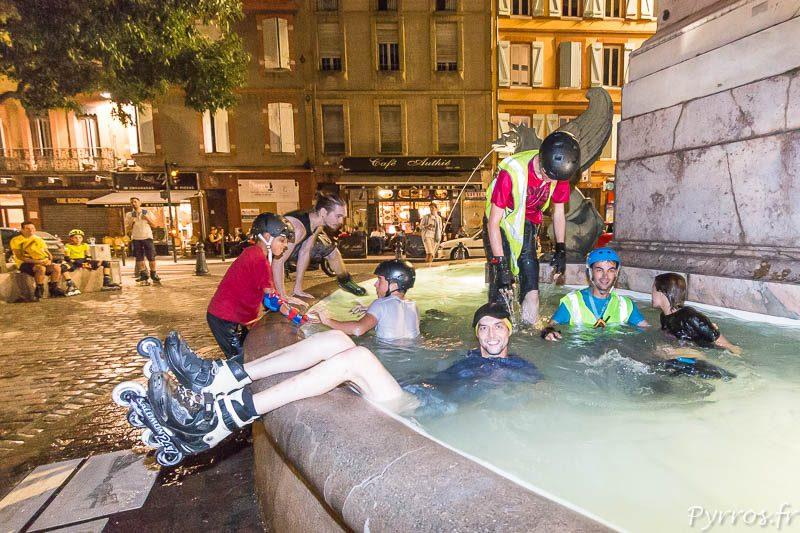 Les patineurs transforment la fontaine de la place Dupuy en piscine