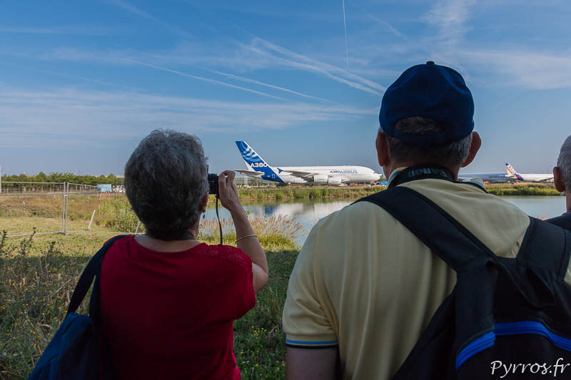Sous le regard et l'appareil photo de nombreux curieux l'Airbus A380 F-WXXL rejoint le musée Aéroscopia à Blagnac