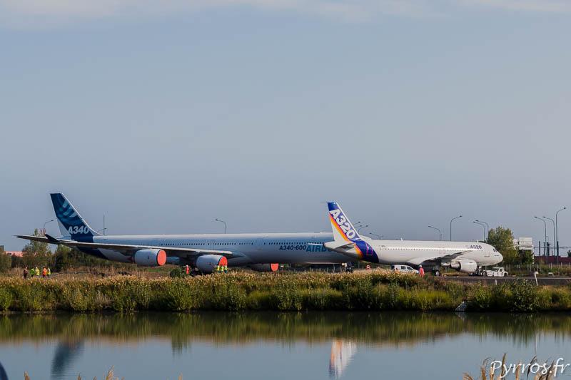 Sur le Tarmac Nord l'Airbus A340 et l'A320 attendent l'A380 qui sort du hangar voisin