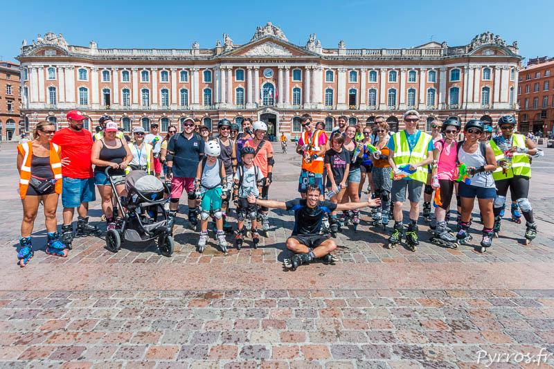 Sur la place du Capitole écrasée par le soleil les patineurs attendent le départ