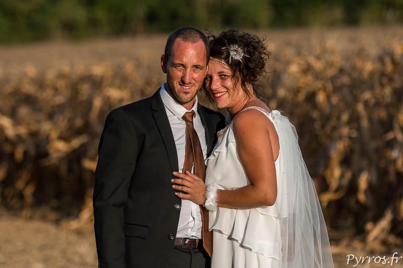 Portrait du jeune couple de mariés