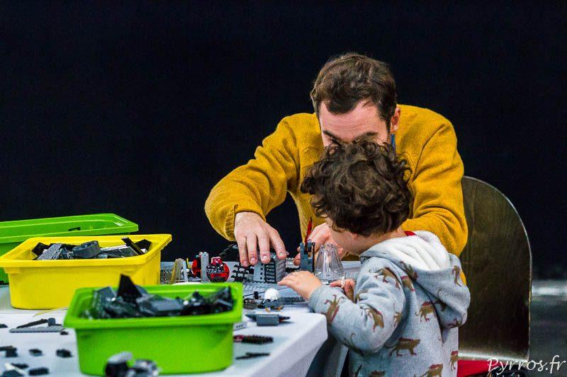 Un papa aide son fils à construire un vaisseau spatiale, à moins que ce soit l'inverse