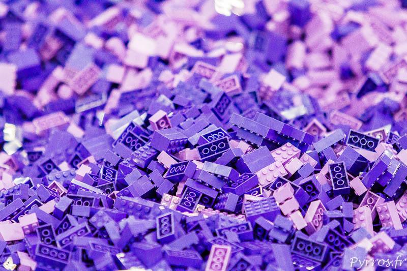 Gros plan sur la piscine de briques violettes du bricklive de Toulouse