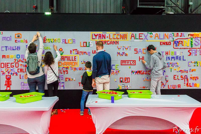 Les visiteurs laissent une trace de leur passage sur une grande fresque réalisée avec des briques Lego