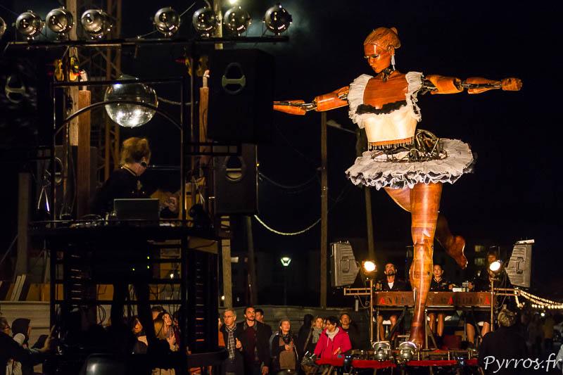 La ballerine virevolte au dessus des spectateurs