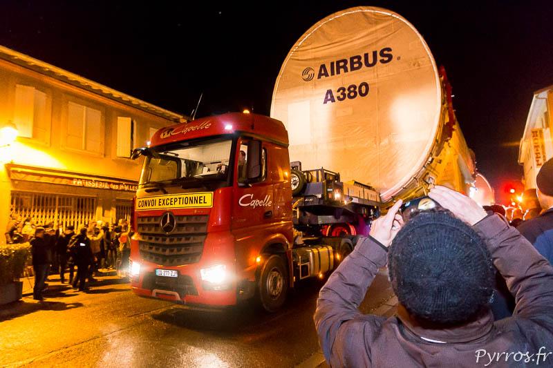Les morceaux de fuselage de l'A380 se succèdent dans les rues de Lévignac