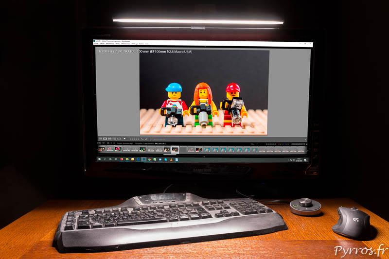 BenQ ScreenBar Plus LED éclaire le poste de travail sans créer de reflet sur l'écran