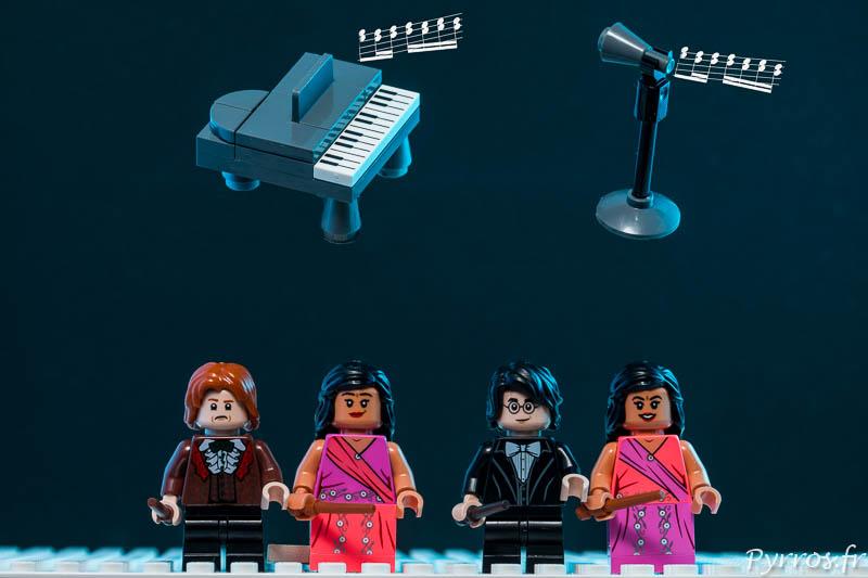 Les couples Ron Weasley et Padma Patil ainsi que Harry Potter et Parvati Patil attendent sous un piano et un micro qui flottent dans les airs