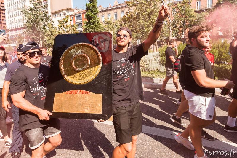 Antoine Dupont et Romain Ntamack montrent aux toulousains leur titre de champion de France
